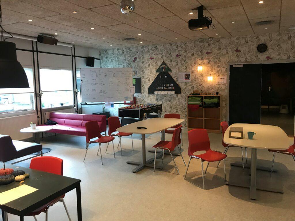 billede af fællesrummet (biksen) med stole og borde