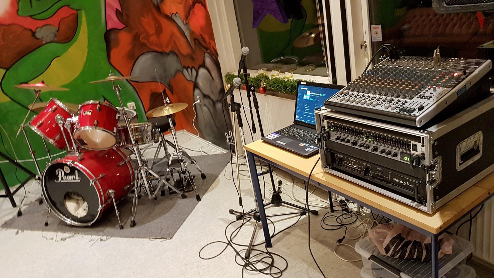 trummesæt og lyd udstyr